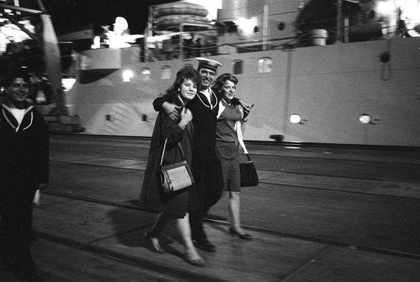 Dokumentissa käsitellään myös niin kutsuttuja laivatyttöjä, jotka yksien mielestä olivat prostituoituja, toisten taas eivät.