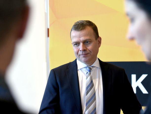 Kokoomuksen puheenjohtaja Petteri Orpo oli mietteliäänä Järvenpää-talossa lauantaina.