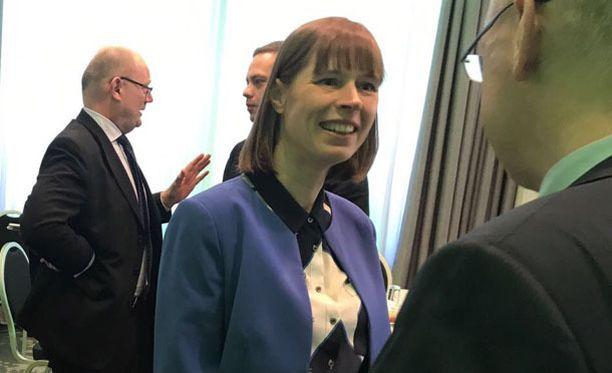 Viron presidentti Kersti Kaljulaid keskusteli innokkaasti viikonlopun konferenssiin osallistuneiden kanssa.