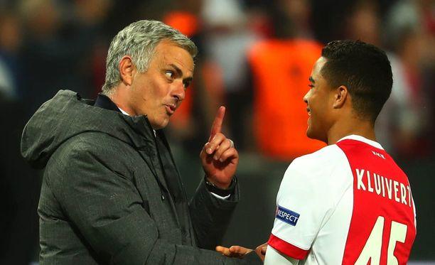 Jose Mourinho ja Justin Kluivert kävivät pitkän keskustelun.