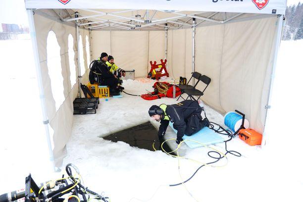 Sukeltajat tekivät viime talvena jään alla etsintöjä lähellä perheen asuntoa.