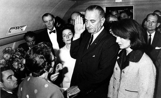 Varapresidentti Lyndon B. Johnson vannoi virkavalan heti Kennedyn kuoleman jälkeen presidentin lentokoneessa. Johnson on salaliittoihin uskovien mielestä yksi Kennedyn murhan pääepäillyistä.
