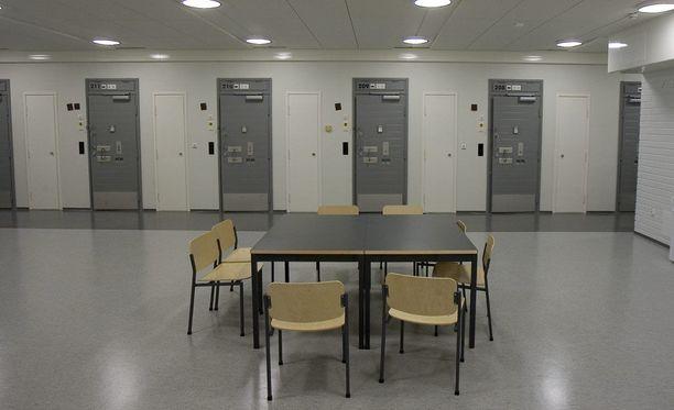 """Ahvenanmaalla ja Turunmaalla rikoksia tehnyt Mohammed Hilali kärsii parhaillaan pitkää vankeusrangaistusta. Kuvassa Turun vankilan """"tavallisten"""" vankien oleskelutila."""