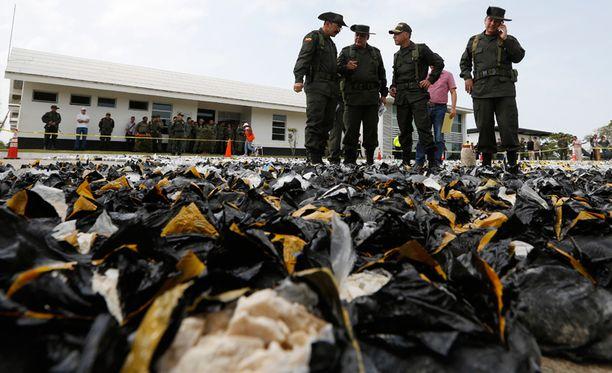 Kolumbian poliisi esitteli jättimäistä kokaiinitakavarikkoaan tiistaina.