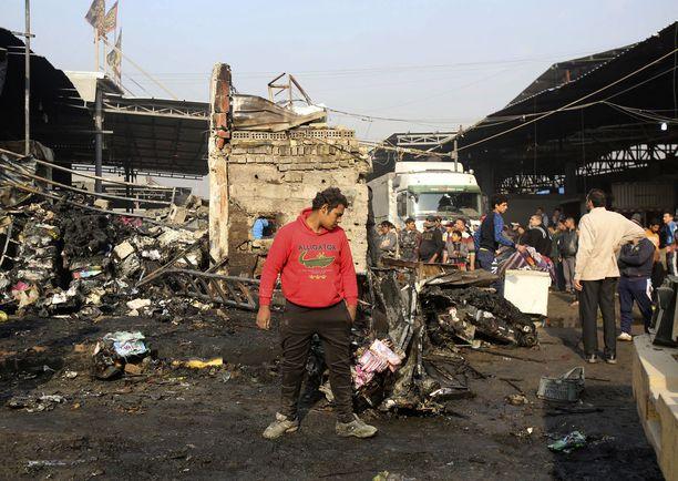 Irakin pääkaupungissa Bagdadissa räjähti sunnuntaina kaksi tuhoisaa pommia.