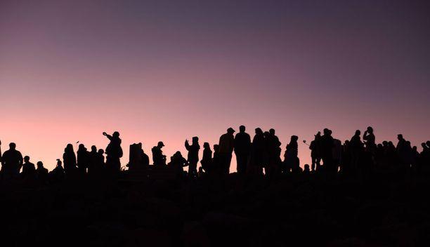 Kansallispuistossa auringonnousua voi ihmetellä vuorenhuipulla pilvien yläpuolella.