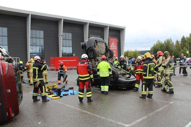 Palomiehet näyttivät Turvallisuus 2018 -messuilla, kuinka kolaripaikalla pelastamistehtävät hoidetaan.