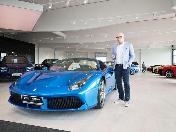 Luxury Collection -autotalon johtaja Esa Schroderus kertoo Ferrarin myynnin Suomessa olleen viime aikoina hyvää. Vieressä 488 Spider.