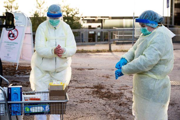 Suomessa on paikoin pulaa suojavarusteista. Kuva otettu 20. maaliskuuta, jolloin Mehiläinen aloitti koronavirustestit sosiaali- ja terveydenhuollon ammattihenkilöille yhdessä THL:n kanssa.