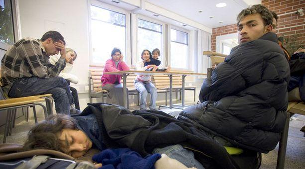 Bulgarian romanialaiset turvapaikanhakijat poliisitalon aulassa.