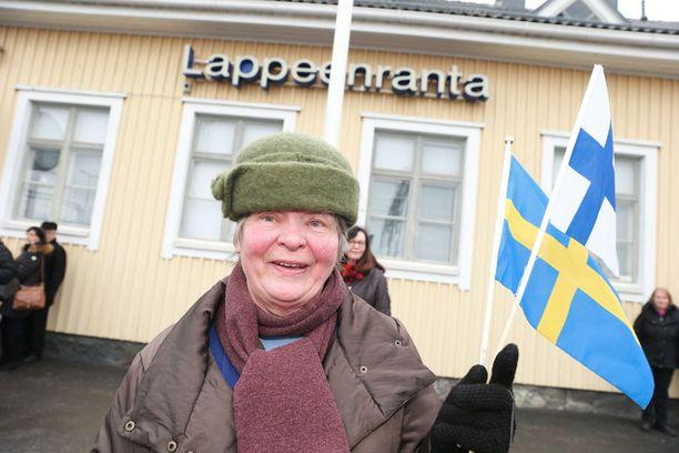 Katri Häyrinen miettii, lähtisikö seuraamaan Carl Philipin häitä.