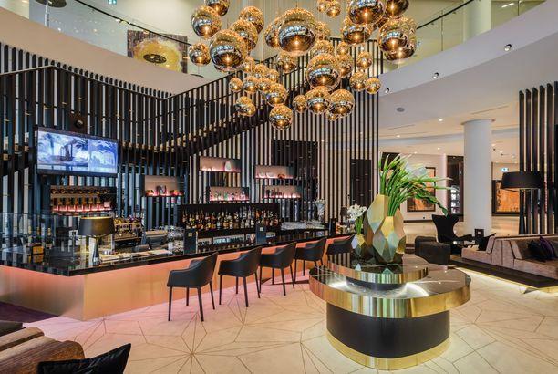 Hilton Tallin Parkin aulatiloissa näkyy kiiltävää metallia ja aaltoilevia muotoja.