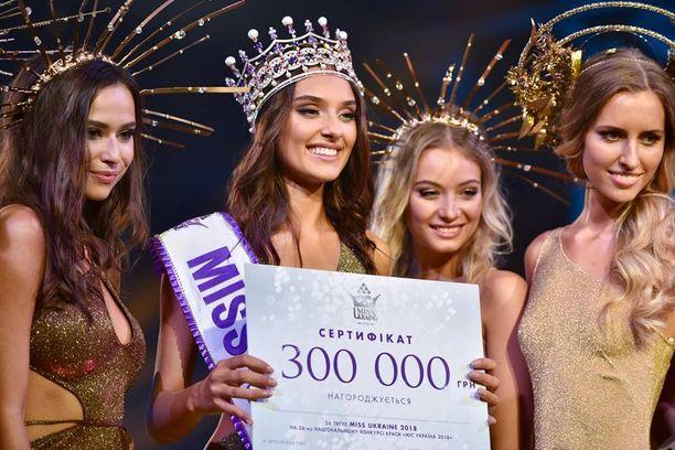 10 000 euron arvosita sertifikaattia kädessään pitävä Veronika Didusenko ehti olla missi vain hetken.