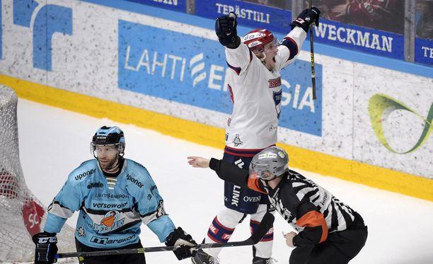HIFK:n Jasse Ikonen tuuletti voittomaalia. Pelicansin nestori Jan Latvala kaarsi pettyneenä maalin edestä.