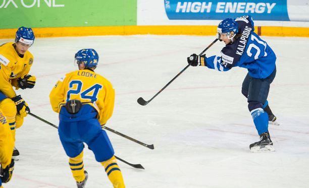 Sinne menee! Antti Kalapudas iski Suomen voittomaalin.