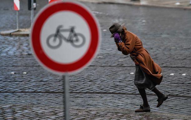 Nainen käveli myrskyssä Friederike-myrskyn aikana Saksassa.