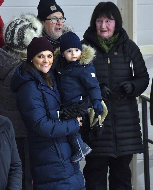 Oscar viihtyi Victorian ja isovanhempiensa kanssa läktämatsissa.