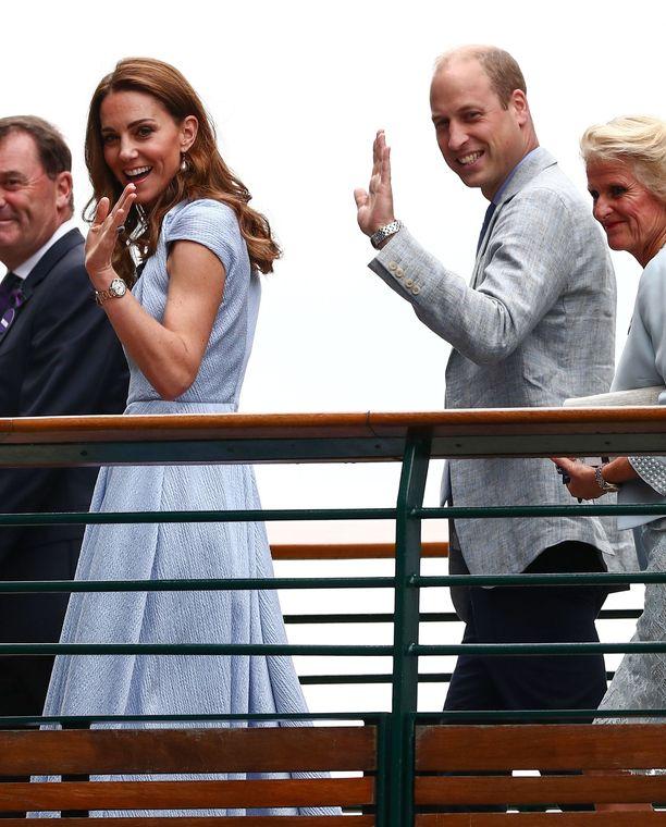 Herttuatar Catherine ja prinssi William tervehtivät iloisina yleisöä, tennispelaajia ja tuttujaan saapuessaan paikalle.