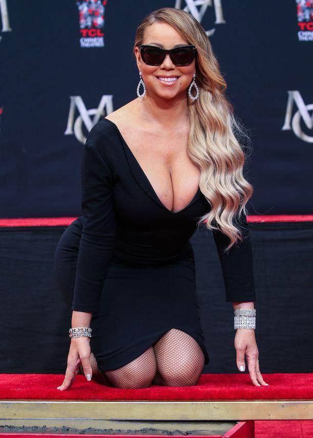 Mariah Carey oli pukeutunut juhlallisuuksiin tummaan mekkoon ja valtaviin aurinkolaseihin.