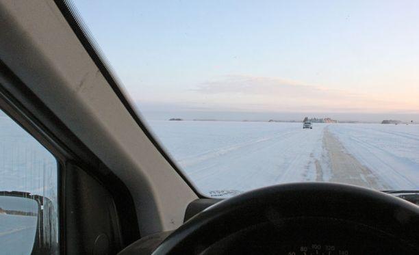 Riittävän pitkä etäisyys edellä ajavaan ja rauhallinen ajonopeus pidentävät jäätien käyttöikää.