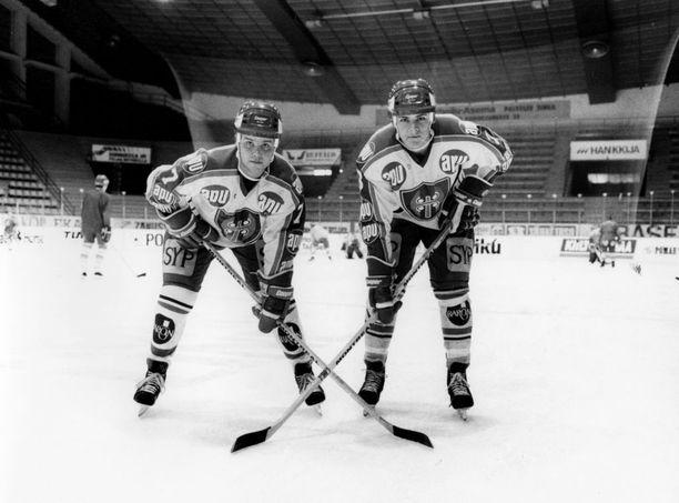 """Juti oli ihan hurja kaveri - ja on edelleen. Kun NHL:stä tulin maajoukkueeseen ja Juti pelasi maajoukkueessa, niin aina vähän toivoin, että pääsisin Jutin kanssa pelaamaan pakkiparina. Sitten me pelattiin, ja meidän oli helppo pelata keskenämme. Ajateltiin pelistä samalla tavalla. Tapparassa en kuitenkaan ollut Jutin parina. Ensin sain olla lapsuuden idolini Valkeapään """"Pedron"""" pakkiparina ja sitten Laksolan Pekan kanssa. Juti pelasi """"Grönan"""" (Jari Grönstrandin) kanssa. (Kuva Timo Jutilasta ja Nummisesta on vuodelta 1985)."""