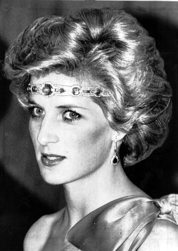 Diana käytti luovuutta korujen kanssa: tässä kuningattaren lahjoittamaa kaulakorua pidetään ajan trendin mukaisesti otsaripana.
