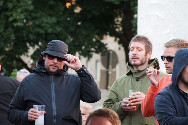 Brittimusiikin ystävänä tunnettu kansanedustaja Paavo Arhinmäki valmistautui Gallagherin keikkaan The WaterLoo -pubissa.