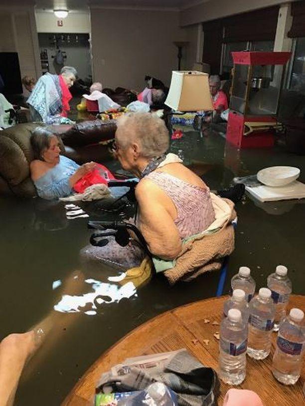 Vanhukset joutuivat veden varaan La Vita Bella -vanhainkodissa.