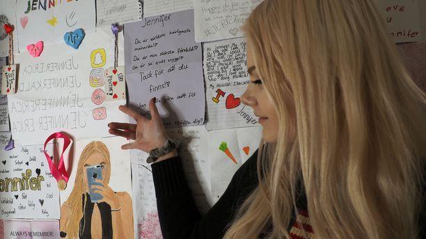 Jennifer Käld kuvaa osan TikTok-videoista huoneessaan, jonka seinät hän on päällystänyt fanipostilla.