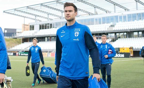 Tim Sparv (keskellä) huolehtii Suomen pelin tasapainosta.