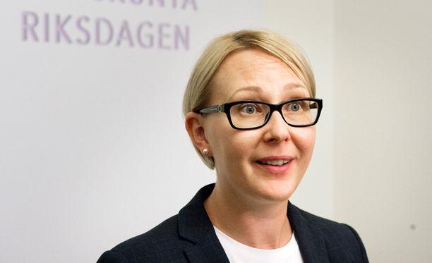 Eduskunnan puhemies, perussuomalaisten Maria Lohela toivoo eduskuntaan konservatiivisempaa pukeutumista.