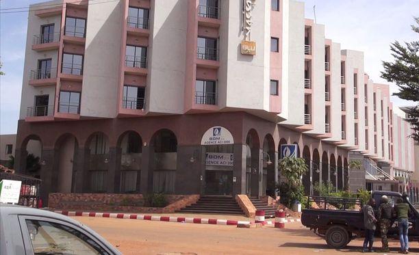 Silminnäkijöiden mukaan useat asemiehet tunkeutuivat Radisson Blu -hotelliin ja ottivat ihmisiä panttivangiksi.