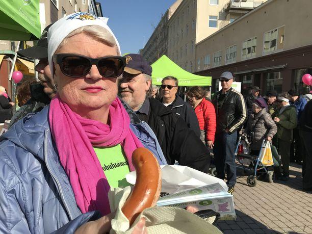 Keskustalle vaalityötä tekevän Marja Kortellin mukaan makkara on vaalityön vetonaula.
