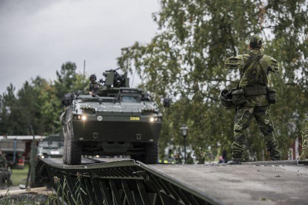 Ruotsissa halutaan kansalaisten varautuvan erilaisten kriisien ja jopa sodan varalta. Kuva Ruotsin puolustusvoimien Aurora 17 -pääsotaharjoituksesta.