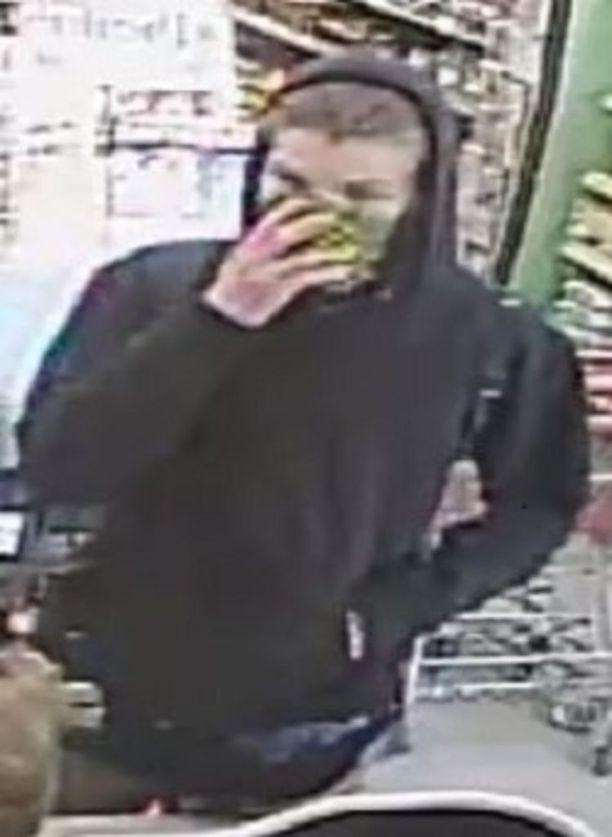 Poliisi kaipaa havaintoja valvontakameraan tallentuneesta miehestä.