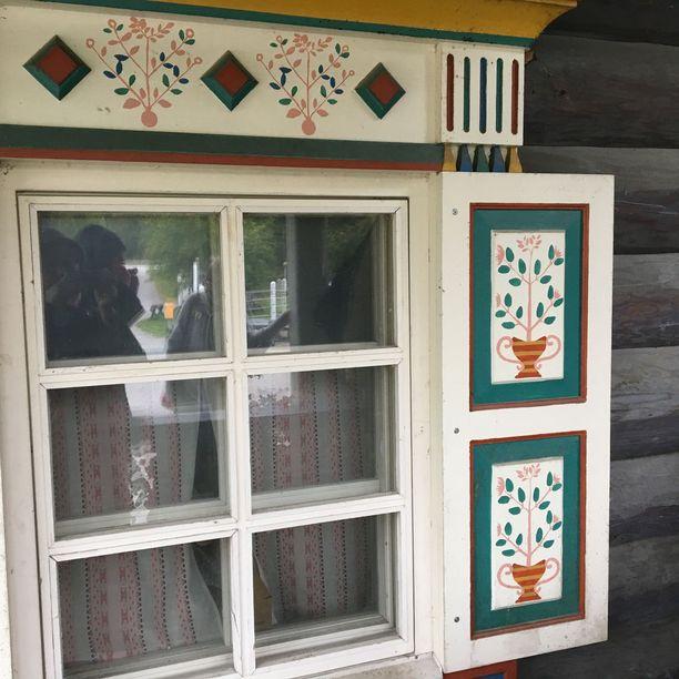 Karjalaiseen arkkitehtuuriin kuuluvat koristeelliset puuleikkaukset ja kuviot.