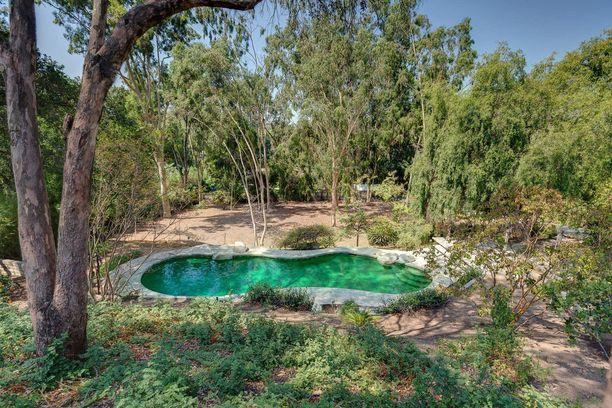 Piha uima-altaineen näyttää melkein laguunilta.
