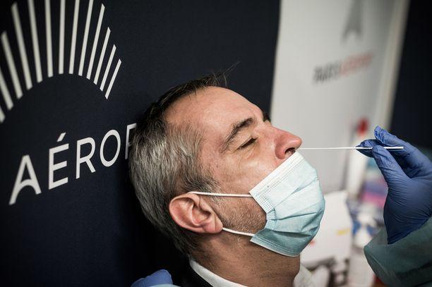 Ranskassa koronavirukseen sairastuneita on ennätysmäärä. Kuva pariisilaisen Orlyn lentokentän koronatestauspisteeltä.