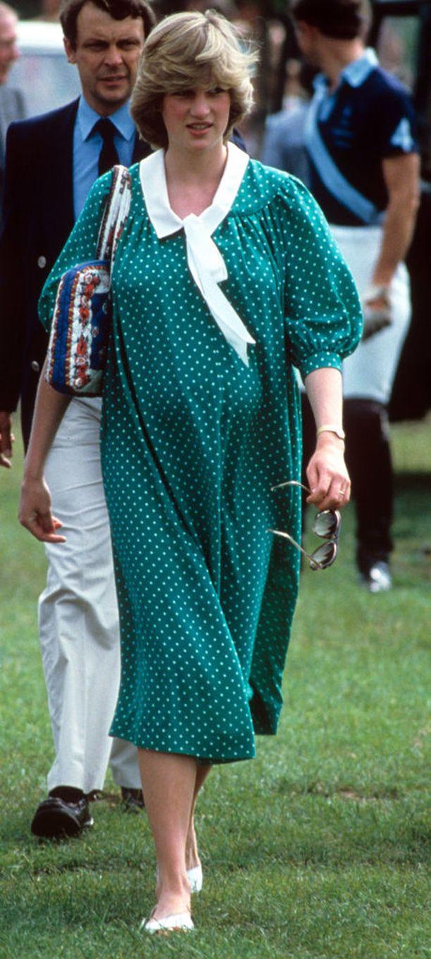 Loppuraskauden aikana mukavinta päällepantavaa ovat varmasti yli-isot ja väljät vaatteet. Prinsessa Dianan vuonna 1980 nähdyn tyylinäytteen voisi päivittää nykyaikaan kauluksia, hihoja sekä siluettia pelkistämällä. Pallokuosi on suosittu raskausaikana erityisesti brittihovissa.