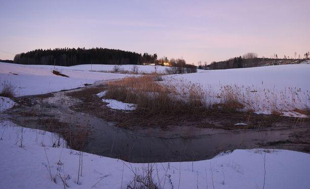 Siuntiossa virtaava Palojoki on paikoin hyvinkin kapea ja pieni.