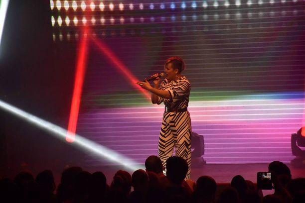 Sandhja esitti Sing It Away -kappaleensa totutun energisesti, vaikka taustatanssijat puuttuivat. Yllään hänellä oli Marimekon asu.