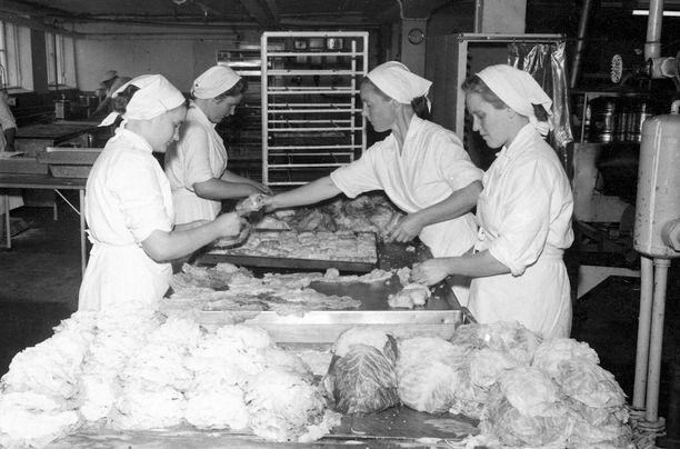Kaalikääryleiden valmistusta Saarioisten tehtaalla.