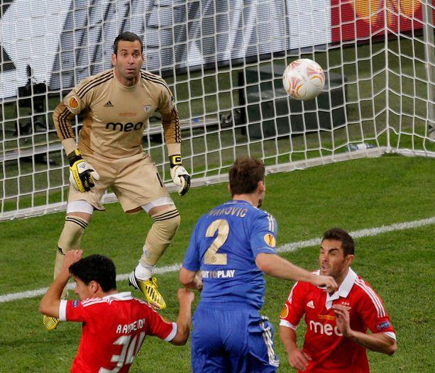 Branislav Ivanovic puskee Chelsean voittoon.