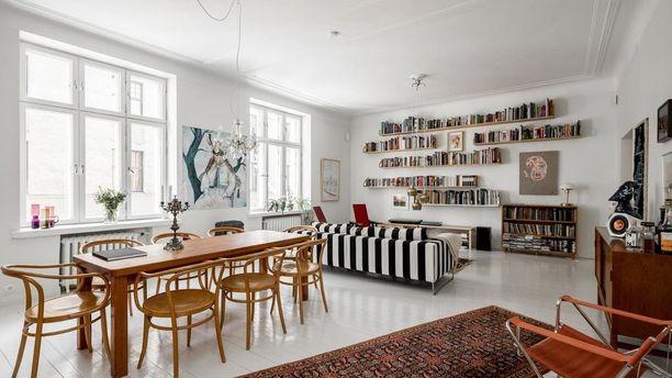 Tässä olohuoneessa pelkistettyyn ja selkeälinjaiseen skandinaaviseen tyyliin on yhdistelty funkkisvaikutteita. Klassiset Ton No30 -tuolit ovat ajaton yksityiskohta. Lämpimämmät puun sävyt huonekaluissa tuovat kodikkuutta tilaan.