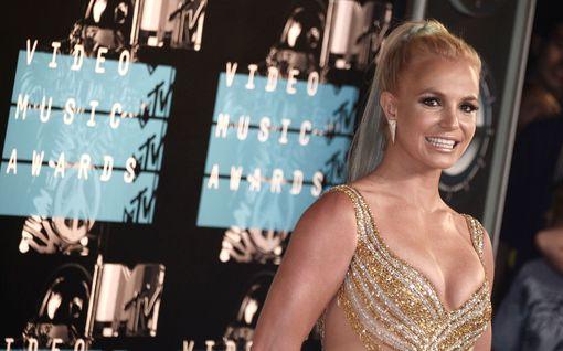 Britney Spears lähti miesystävänsä kanssa luksuslomalle – ensimmäiset kuvat oikeustaistelun jälkeen