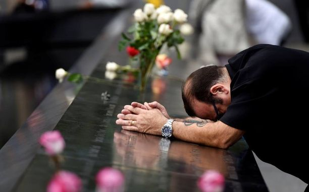 Mies suri WTC-muistomerkin äärellä viime vuonna iskujen vuosipäivänä.