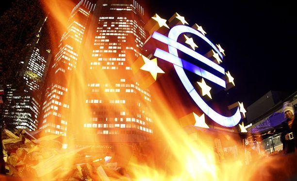 Mielenosoittajien sytyttämä kontti paloi Euroopan keskuspankin päämajan edustalla Frankfurtissa Saksassa viime viikolla.
