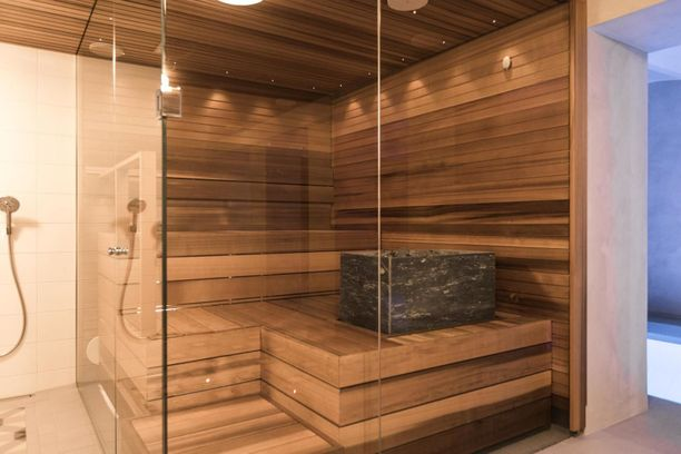 Koska saunat ovat usein melko pieniä, halutaan niiden ilmettä keventää lasiseinillä.