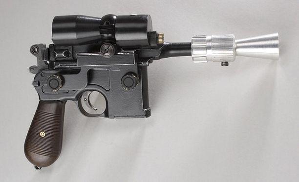 Elokuvassa käytetty ase on tehty pääasiassa puusta.