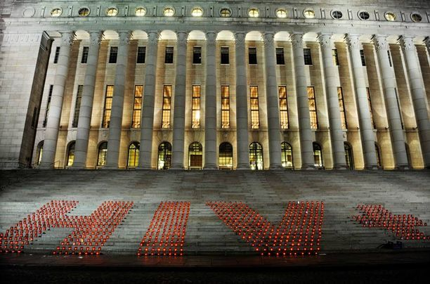 Kynttilämeri muistutti hiv-päivästä eduskunta-talon portailla 2009.